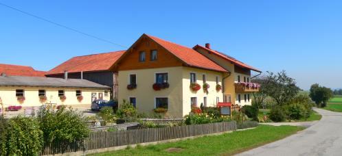 Ansicht vom voll bewirtschafteten und familienfreundlichen Bauernhof in Bayern