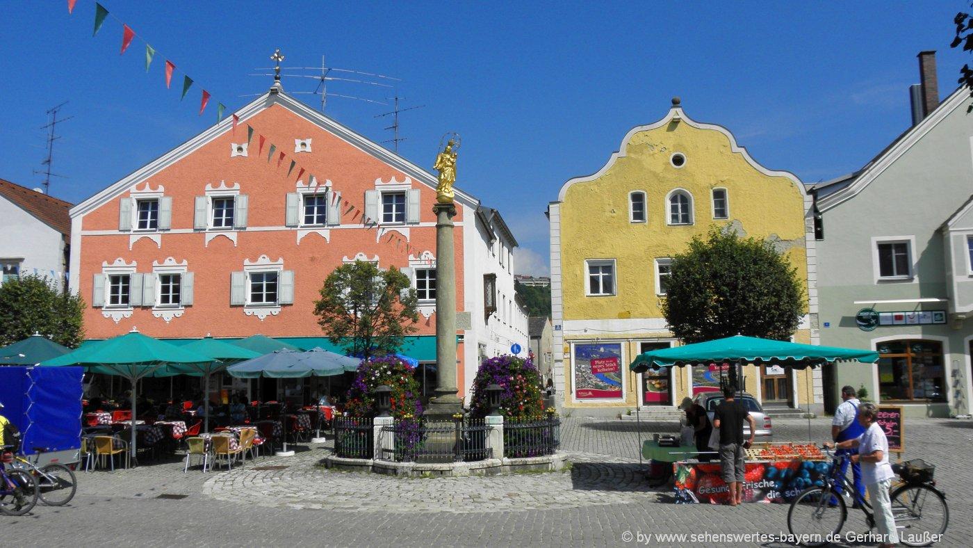 kehlheim-altstadt-brunnen-mariensaeule-strassen-cafe-1400
